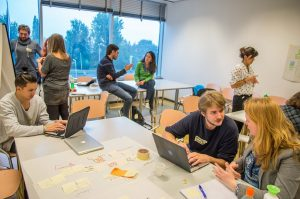 Studierende bei einem rootability Workshop